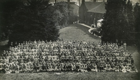 Picture of munitions girls at Lister and Co., Dursley in 1917